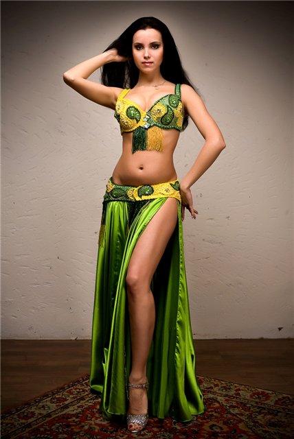 Костюмы для восточных танцев принято богато украшать, используя бисер...